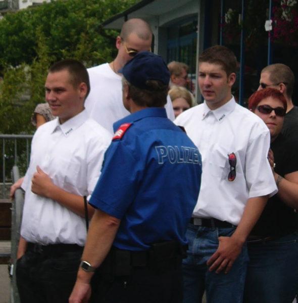 Die PNOS marschiert aufs Rütli: Michael Haldimann (l.), Adrian Spring (r.) und Mario Friso (hinten) bei der Polizeikontrolle 2005
