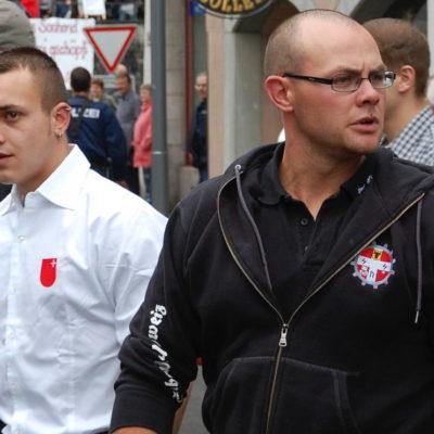 Kevin Gisler (links) im offiziellen Shirt des Waldstätterbundes - mit Stefan Betschart, seines Zeichens Kameradschaft Innerschweiz und B&H.