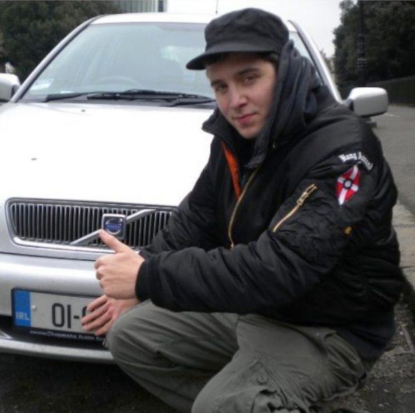Dominik Hulliger mit Hang Around Abzeichen der Hammerskins