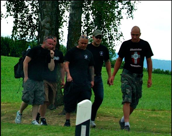Thomas Mächler (2.v.r), in einer Gruppe B&H Mitglieder am Aufmarsch zur Schlachtfeier in Sempach 2011