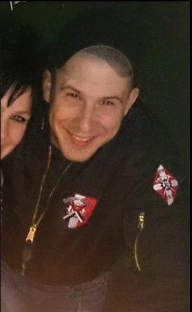 Florian Gerber, Jugendverantwortlicher der PNOS, mit beiden offiziellen Patches der Schweizer Hammerskins.
