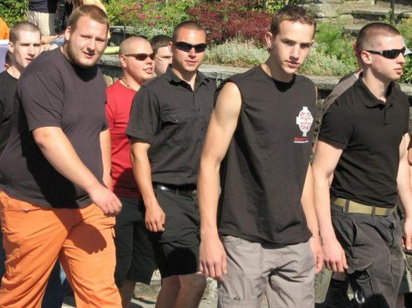 Benjamin Rohde (2.v.r.) - hier an der Schlachtfeier in Sempach 2008 - hat die Waldhütte in Huttwil angemietet.