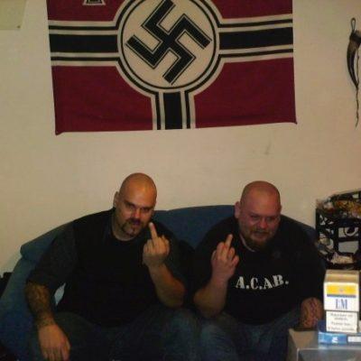 Tätowierer Chritsian Riegel (l.) ist bekennender Nationalsozialist.