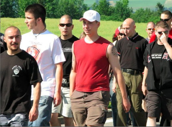 Auch an der Schlachtfeier Sempach 2008 ist Victor Geneux im Corps-Franc-Shirt anzutreffen. Rechts im roten T-Shirt: Philippe Eglin, PNOS Basel.