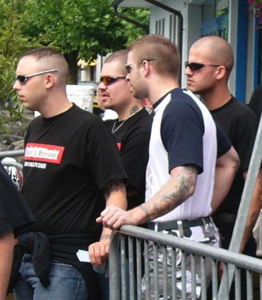 Mitglieder von B&H Romandie, unter ihnen der Corps-Franc Gründer Jonathan Leiggener (2.v.l.) am Rütli-Aufmarsch 2005.