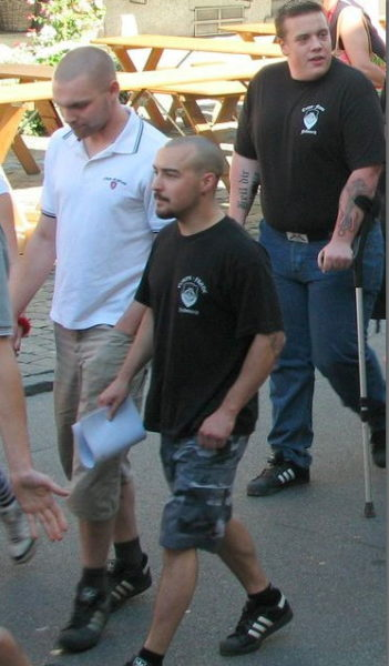 Victor Geneux (rechts vorne) marschiert im Gleichschritt mit Hervé Savoy, dem späteren Betreiber der Taverne Excalibar.