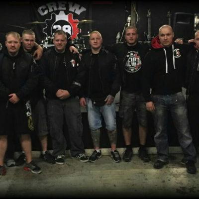 Besucher eines Konzertes der Crew 38 Finnland, unter ihnen Phil (4.v.l, Mitglied der Band Flak) Marco Gaggioli (6.v.l mit SHS-Pach) und Giorgio Ravasi(8.v.l)