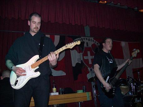 Mario Friso (l.) und Indiziert-Gitarrist Alex Rohrbach an einem gemeinsamen Auftritt in Wimmis.