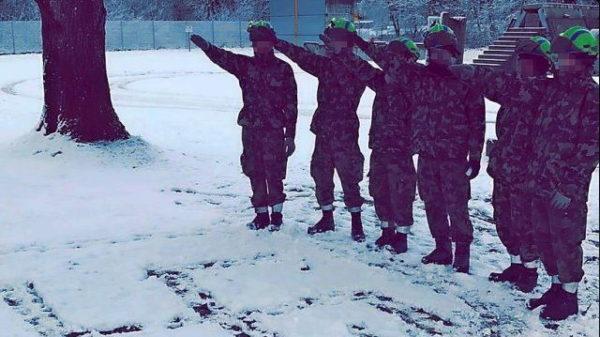 Sechs Soldaten der Schweizer Armee posieren auf dem Waffenplatz in Wangen a.A.