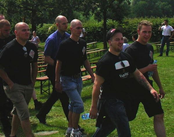 Benjamin Lingg (l.), Fabian Bergmaier und (m.) und Raphael Wüthrich (r.) an der Schlachtfeier in Sempach 2006