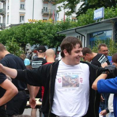 Alex Rohrbach geniesst die Aufmerksamkeit. Hier mit Mitgliedern der Helvetischen Jugend am Rütli-Aufmarsch 2005.