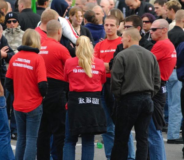 Die Kameradschaft Baden-Wettingen tritt gerne uniformiert auf - hier an der Demo gegen Kinderschänder in Appenzell 2007.