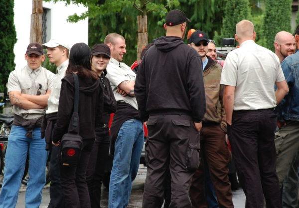 Mitglieder der KBW an der Schlachtfeier in Sempach 2009 - hier in Khaki-Hemden und in Gesellschaft der B&H Exponenten Simon und Markus Steudler.