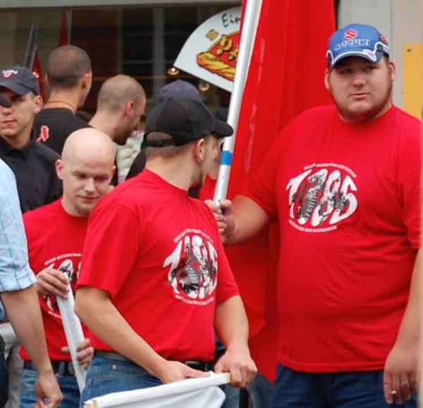 Die Mitglieder der Kameradschaft Morgenstern Samuel Duss (l.) und Daniel Villiger (r.) in Schlachtfeier-Shirts am Aufmarsch 2009
