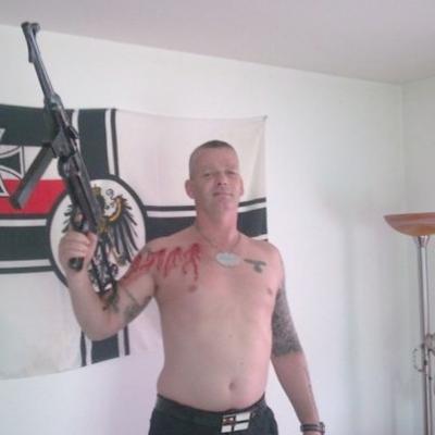 Andy Rudolf posiert auf Facebook auch gerne mit Waffen und Nazi-Devotionalien.