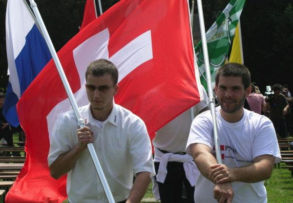Auch Segessenmanns Gehilfe, Michael Vonäsch (l.) war aktiver PNOS-Vertreter. Hier mit Dominic Lüthard als Fahnenträger in Sempach.