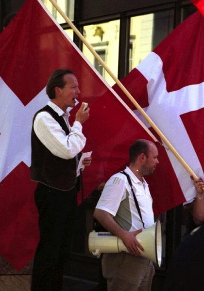 Holocaustleugner Bernhard Schaub (l.) und Manuel Wettstein an einer Demonstration der NAPO in Aarau im Mai 2005.