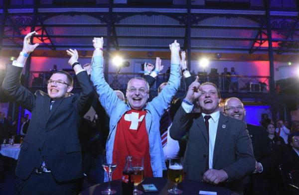 Der Basler Ex-Grossrat Eric Weber feiert im März 2016 den Wahlsieg mit der Alternative für Deutschland (AfD)