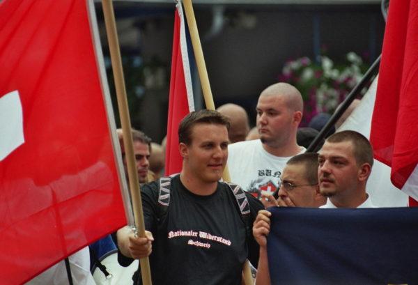 Pascal Trost im Nationalen Widerstands-Shirt beim Rütli-Aufmarsch 2005. Rechts im Bild: Tobias Hirschi, PNOS Oberaargau.