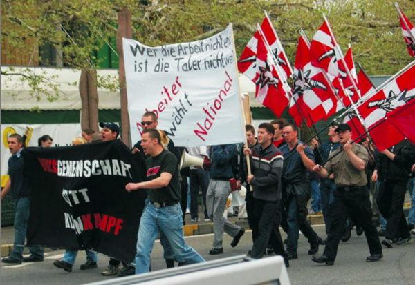 """Andere Bilder aus Langenthal: Die PNOS demonstriert 2004 für einen """"nationalen Tag der Arbeit"""""""