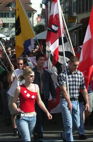 Roland Renggli (rechts) und Martin Schnurrenberger (mitte) am alljährlichen Aufmarsch in Sempach