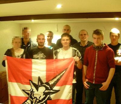 Offizielle Gründung der PNOS Ostschweiz im Dezember 2015. Der blutjunge Vorsitzende, Robin Keller (vorne rechts an PNOS-Fahne), trat nach nur sieben Monaten wieder aus der Partei aus.