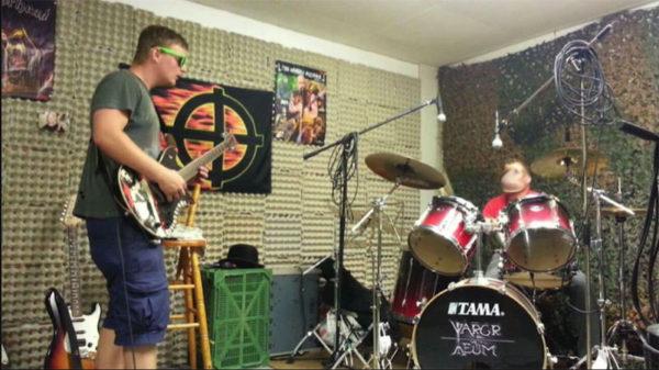 Jammen im Proberaum von Vargr I Veum. Links an der Gitarre: Manuel Liechti.